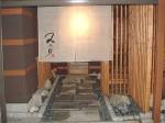 【入り口の通路】 平板と黒玉石を引いて作りました。水が撒いてありお客様をお迎えです。