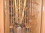 【ライトアップした壺】 壺と人工の竹を使って和風のイメージで作りました。ツルマサキは大将が山から取ってきて飾ったそうです。