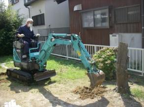 樹木の抜根 作業中です。 機械が入れたので仕事が順調に進みました。