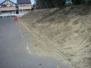 法面の下(法尻)の部分に土砂を止める板を入れました。