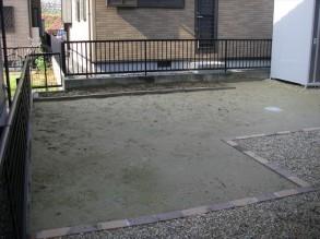施工前です。 草が生えて、水はけが悪い状態です。