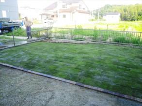 芝張と花壇を造りました。